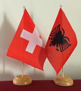 Flaggen Schweiz & Albanien hoch