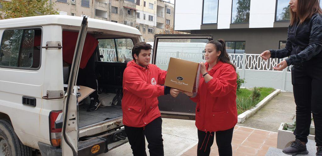 Nothilfe durch das Albanische Rote Kreuz in Durrës anfangs Dezember (Foto: Corinne Ambler / IFRC)
